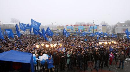 Чтобы послушать выступление лидера Партии регионов, на центральной площади Днепродзержинска перед местным ЦУМом собралось около 7 тысяч человек.