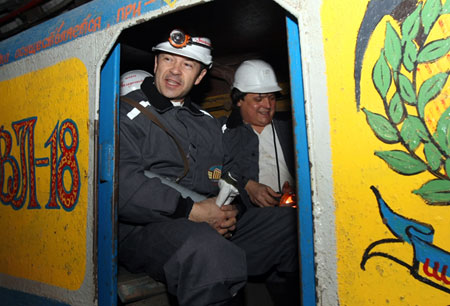 Поднимаясь на поверхность из шахты, политик отметил, что шахтерский труд произвел на него приятное впечатление.