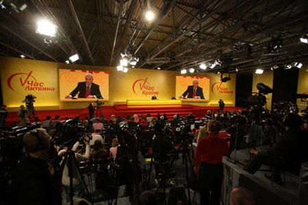 Все внимание журналистов во вторник было приковано к Владимиру Литвину.