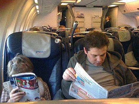 Леонтий и Андрей читают прессу.
