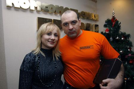 Победитель приехал в редакцию «КП» за призами вместе с женой Светланой.