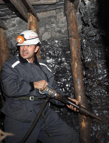 Вот так нелегко добывается уголь.