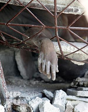 Выжившие пытаются помочь раненым. Фото: АП.