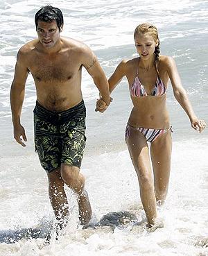 После рождения ребенка Джессика в отличной форме. Правда, сама она так не считает. На фото - вместе с мужем Кэшем Уорреном.