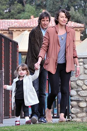 Мила Йовович с дочерью и мужем.