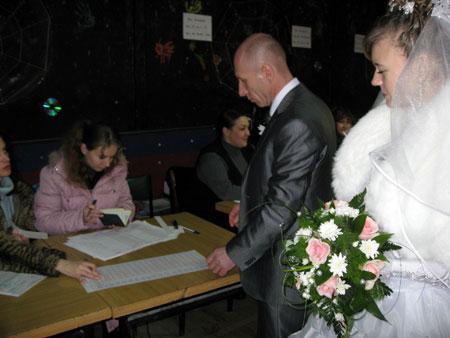 Сразу после росписи новоиспеченные супруги поехали на избирательный участок. Фото Ирины Янковой.