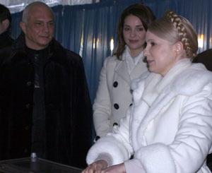 Премьера сопровождали муж Александр и дочь Евгения...