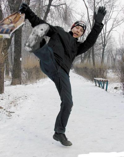 Дожидаться, покуда коммунальщики справятся с гололедом, - опасно для здоровья! Лучше уж приспосабливаться к катку на тротуарах. Фото с сайта www.stakhanov.org.ua