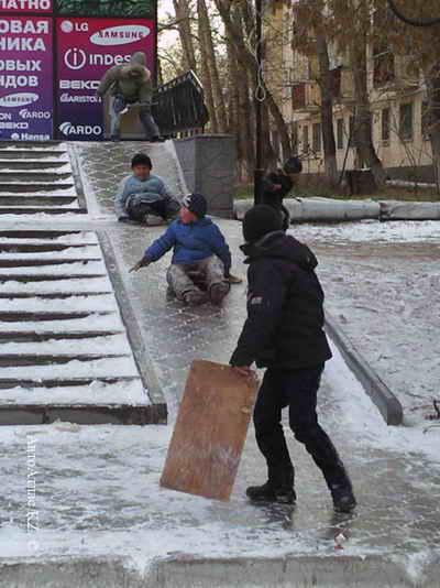 Конец горке! Дворник с песком идет! Фото с сайта www.autoatlas.kz