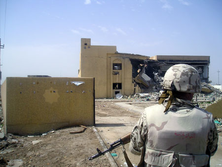 Аль-Кут. Это здание иракцам помогали строить наши миротворцы. Его безжалостно взорвали боевики.