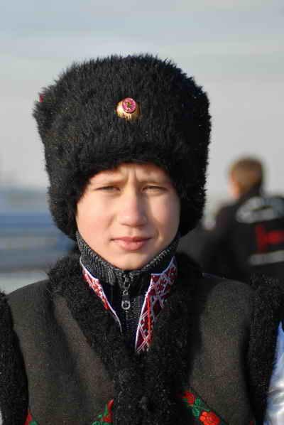 Закаляться мальчик учился у отца.Фото Ирины МАКУШИНСКОЙ