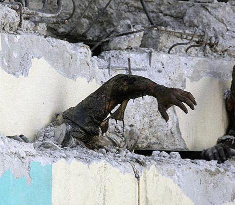 Под развалинами остаются еще тысячи тел. Фото: Анатолий ЖДАНОВ.