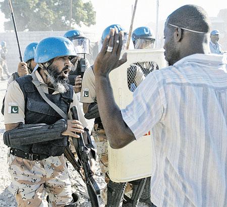 Бойцы из исламского Пакистана по-своему пытаются усмирить особо буйных язычников-гаитян.