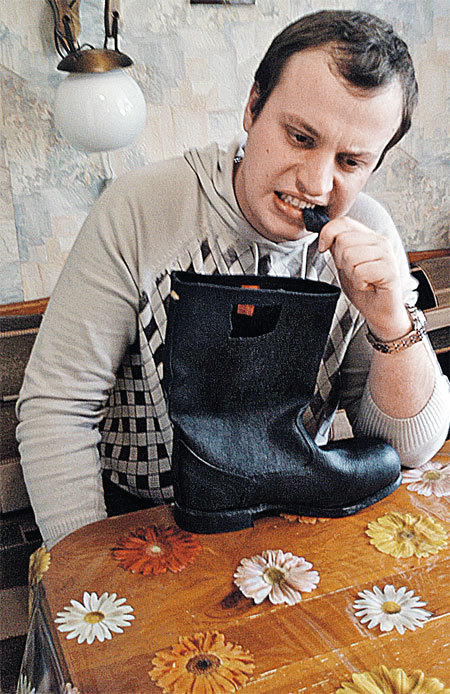 Андрей Лавров, наш корреспондент, отчаянно ест сапог... Приятного аппетита, Андрюха!