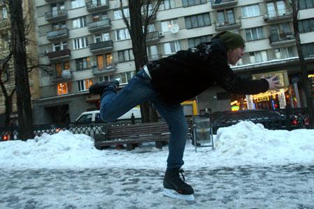 Ваня Дорн проехался на коньках по бульвару Шевченко.