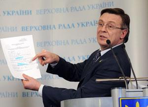 Леонид Кожара демонстрирует надпись в анкете грузинского наблюдателя: «место жительства - ул. Левандовски».