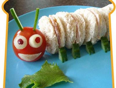 Гусеница из хлеба, ветчины, сыра и помидорки черри. Фото: Funkylunch.com