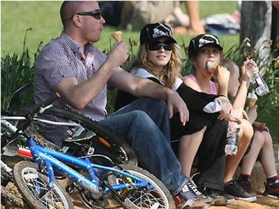 Семейство Мадонны во время прогулки: Гай Ричи, Мадонна, ее дочь Лурдес и сын Рокко. Семье в кои-то веки разрешили побаловаться мороженым.