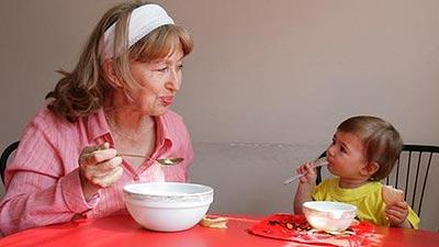 Личный пример - самое лучшее средство накормить кроху