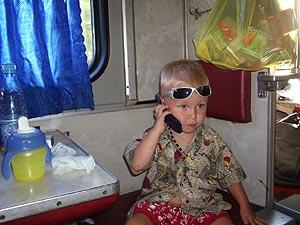 - Скучно в поезде... бабушке что ли позвонить?
