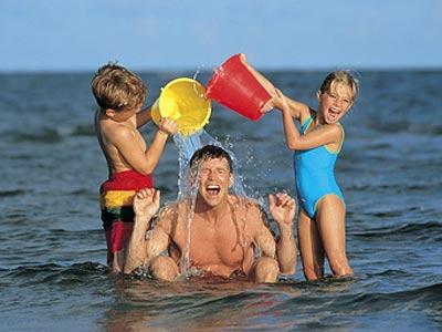 - На отдыхе главное - в море поплескаться и с папой поиграть! Фото: с сайта: http://www.vengria.ru