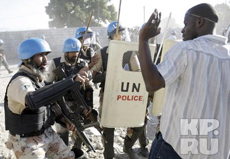 «Голубые каски» вышли усмирять слезоточивым газом гаитян, требующих гуманитарной помощи. Фото: Анатолий ЖДАНОВ.