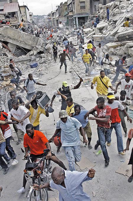 Когда гаитяне идут толпой грабить склад, разогнать их в силах только местному полицейскому с железным прутом.