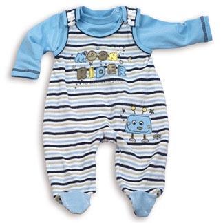 Лучше брать «комбинезончики» с лямочками на плечах – обычные штанишки сползают, когда малыш сучит ножками.