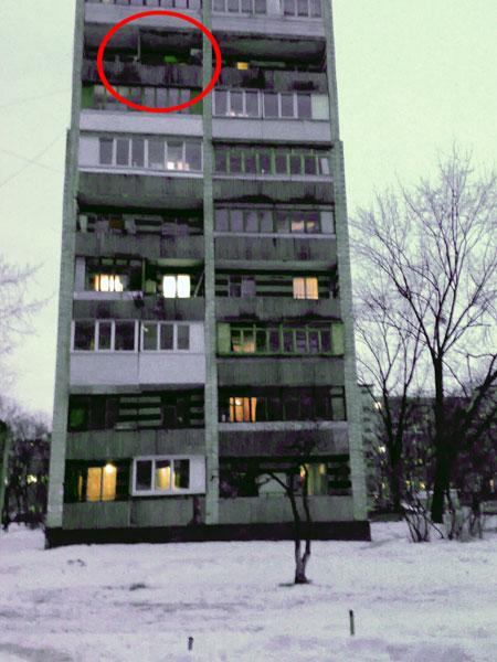 Из этого окна выпрыгнула 13-летняя Яна.