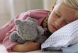 Заснуть проще, когда прижимаешься к теплому медвежонку. Фото: с сайта: http://images.jupiterimages.com