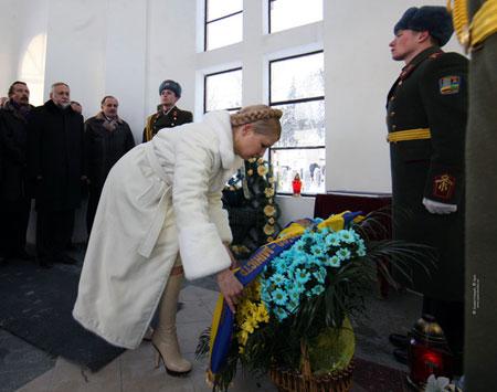 Визит во Львов начался для премьера с возложения цветов на Лычаковском кладбище.