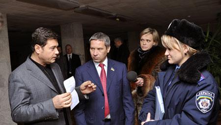 Прибывшую на место событий следственно-оперативную группу Шевченковского РОВД встретили журналисты, а также депутаты Валерий Бондик и Владислав Лукьянов (ПР).