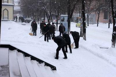 Эх, было бы и на окраинах Днепропетровска столько «борцов со снегом», как возле нашего горсовета.... Фото Сергея КАШИРИНА.