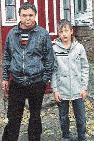 Братья увидели на экране «дядю Рому». Фото автора.