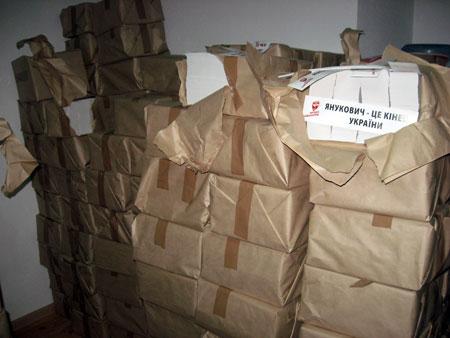 На импровизированном складе депутаты обнаружили 15-тонные запасы нелегальной полиграфии.