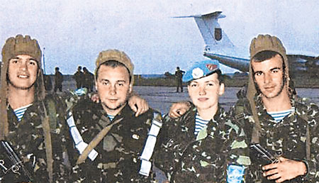 С сослуживцами после прыжков с парашютом (Надежда Савченко - в центре).