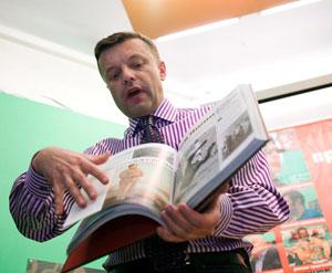 Парфенов сейчас пишет книги и снимает кино.