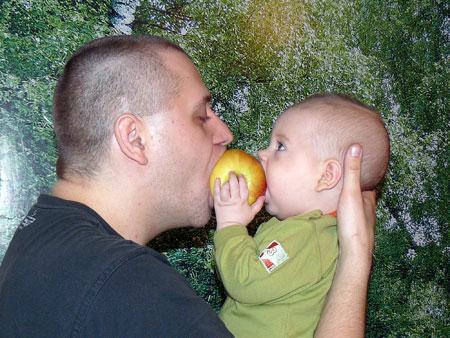 - А мы с папкой яблоки любим!