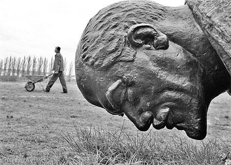 Напоминание о социалистическом прошлом - статую Ленина румыны демонтировали в Бухаресте еще 19 лет назад. Да так и оставили лежать лицом вниз. Фото сделано в декабре 2009 года. Фото АП.