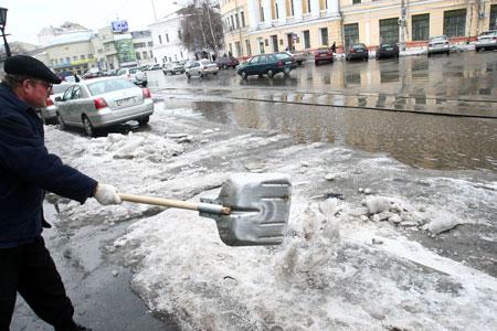 Долгожданное потепление только усилило коммунальные проблемы города.