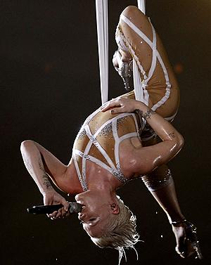 Пинк потрясла искушенных зрителей своими акробатическими этюдами. Фото: АП.