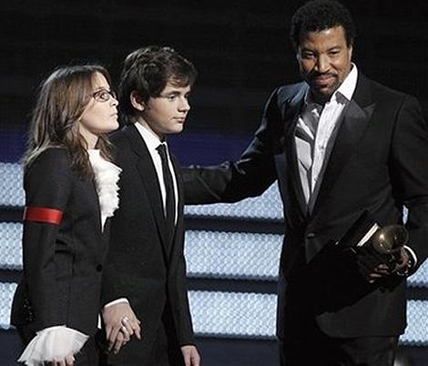 Дети Майкла Джексона получали награду за папу из рук певца Лайонела Ричи. Фото: АП.