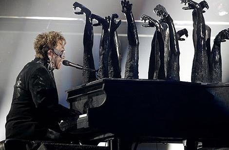 Маэстро сидел за необычным роялем – клавиши у инструмента располагались с обеих сторон, а посредине торчали черные пластмассовые руки. Фото: АП.