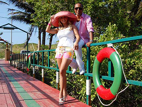 На каникулах в Таиланде Аня Семенович встретила певца Араша.