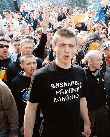 Румынские националисты выводят на улицы молодежь в майках с надписью «Бессарабия - румынская земля». Бессарабия - это и есть Молдавия.