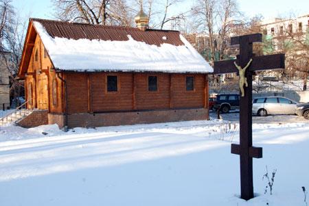 На месте храма XII века сейчас стоит лишь крест с распятием.