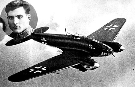 Советский летчик Михаил Девятаев смог бежать из фашистского плена, угнав бомбардировщик.