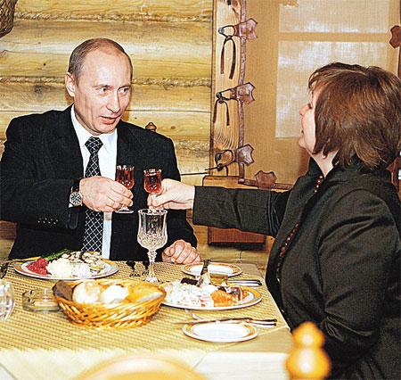 Чета Путиных в одном из московских ресторанов. Декабрь, 2007 г.