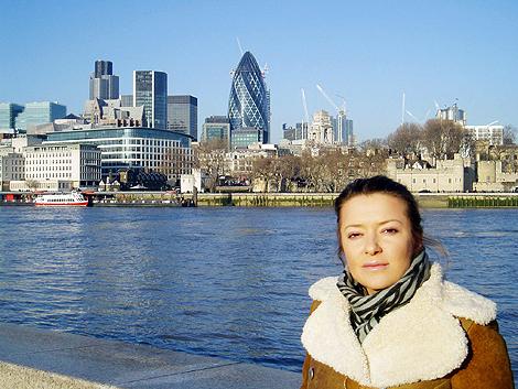 Наталья позирует на фоне знаменитого лондонского «яйца» - десятиэтажного зданий, в котором располагается мэрия.