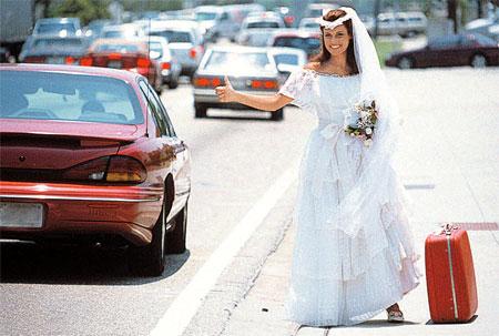 Прежде чем выходить знакомиться на улицу, придумайте себе дерзкий ОБРАЗ. И запоминающуюся деталь. Костюм невесты - лучший образ. Чемодан - отличная деталь!